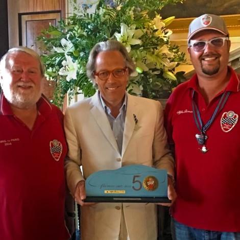 """Goodwood Festival of Speed 2018: Marco e Andrea Cajani consegnano il trofeo """"Campioni Alfa Romeo Scuderia del Portello"""" al Duca di Richmond."""