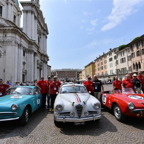 Equipaggi e staff Scuderia del Portello con Arturo Merzario e Roberto Giolito prima della partenza in centro a Brescia