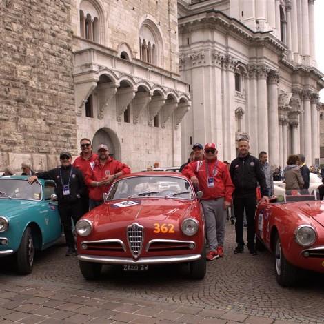 Mille Miglia 2018: Gli equipaggi della Scuderia del Portello prima della partenza in piazza del Duomo a Brescia. Foto di Dario Pellizzoni.
