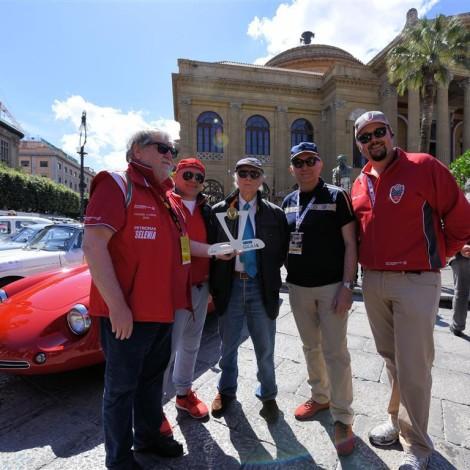 Targa Florio 2017, il Presidente della Scuderia del Portello Marco Cajani consegna il trofeo dei Campioni Alfa Romeo a N. Vaccarella, con R. Giolito, A. Cajani e A. Carrisi