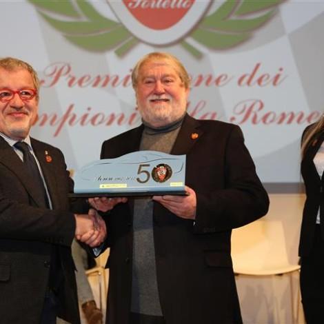 """Premiazione dei """"Campioni Alfa Romeo"""", 17 febbraio 2018, Arese - Museo Storico Alfa Romeo. Il Presidente della Scuderia del Portello, Marco Cajani, consegna il trofeo al Presidente di Regione Lombardia, Roberto Maroni."""