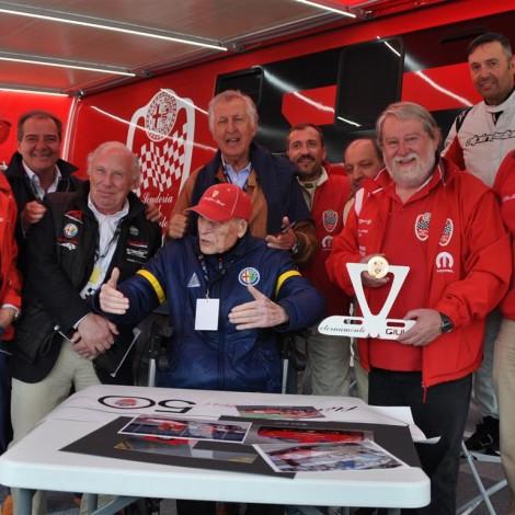 Marco Cajani consegna il trofeo dei Campioni Alfa Romeo a Teodoro Zeccoli, con Alessandro Nannini, Gianni Giudici e Nanni Galli presso l'hospitality del Portello. Foto Carbonaro