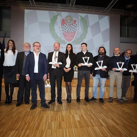 Marco Cajani e Roberto Maroni premiano i soci piloti della Scuderia del Portello