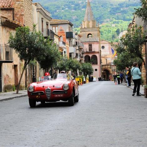 Targa Florio 2017, una delle vetture della Scuderia del Portello in gara, nella cornice caratteristica di uno dei borghi storici siciliani
