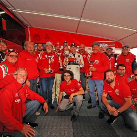 Vallelunga - Lo staff e i piloti della Scuderia del Portello con i rappresentanti del Cuore Sportivo Lazio festeggiano il successo del weekend